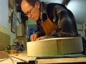 Arpeggione 4 : François Nérot, luthier lors du creusage de la gorge pour les filets